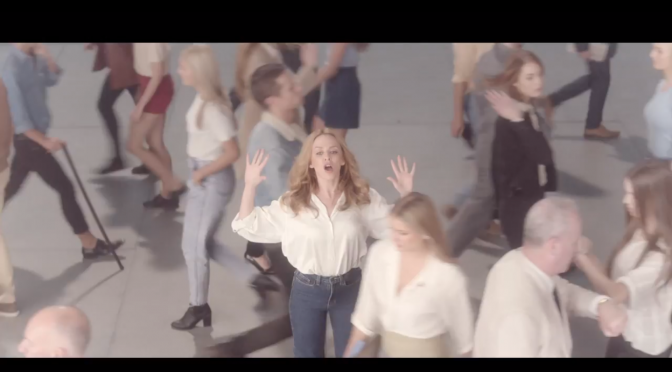 "Kylie Minogue dirige il traffico nel video di ""I Was Gonna Cancel"""