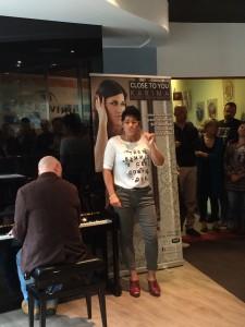 Karima si esibisce alla presentazione del nuovo disco