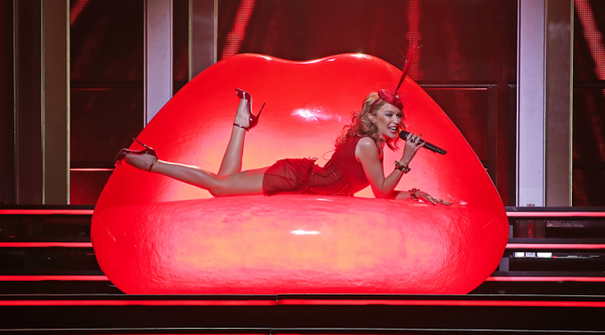 "Kylie Minogue, addio a Roc Nation. Dal 24/3 il dvd del ""Kiss Me Once Tour"""