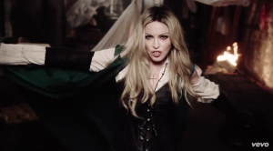 "Madonna in una scena del video di ""Ghosttown"""