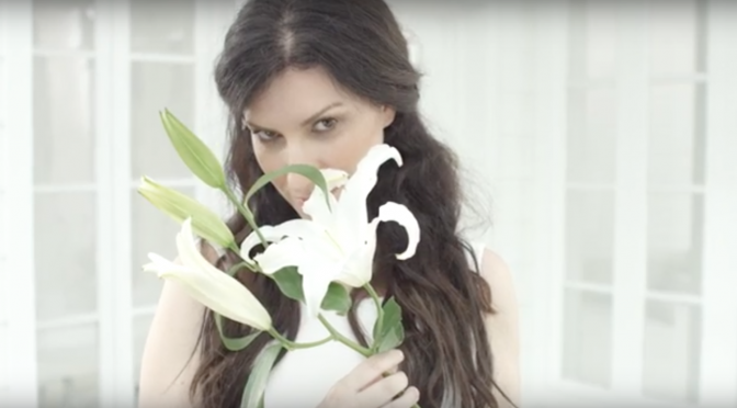 Laura Pausini celebra l'amore in un video-regalo per i fan