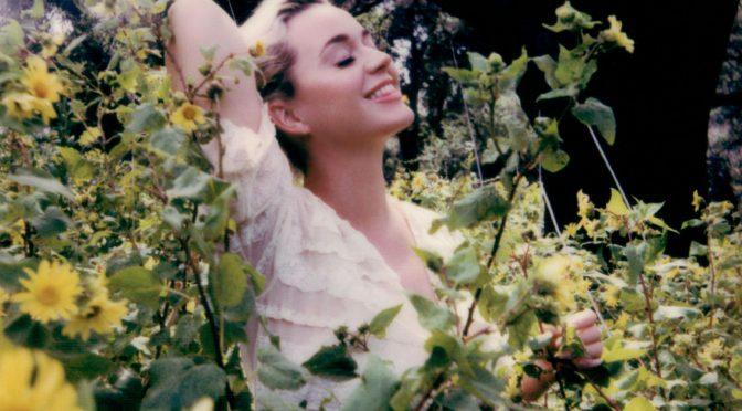 Daisies di Katy Perry: la resilienza in un prato di margherite