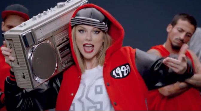 """Taylor Swift scatenata nel nuovo video di """"Shake It Off"""". A ottobre l'album"""