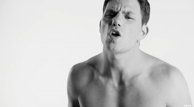 Enrico Nigiotti si mette a nudo nel nuovo video